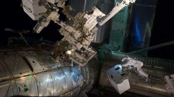 Zdjęcie ukazuje moment przenosin modułu RRM przez astronautów w czasie spaceru kosmicznego 12 lipca 2011 roku z ładowni promu kosmicznego na tymczasową platformę sprzętową / Credits: NASA
