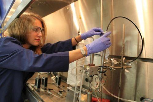 Technik NASA Anne Caraccio pracuje nad udoskonalaniem procesu spalania śmieci w laboratorium KSC / Credits: NASA/Dmitri Gerondidakis