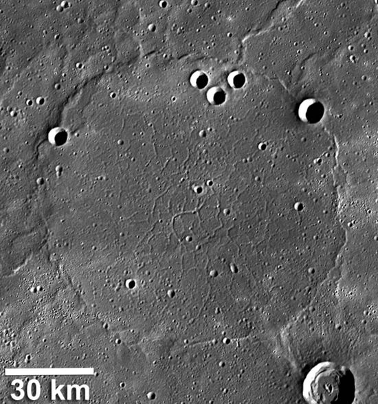 Okrągłe pęknięcie skorupy Merkurego (fot. NASA/The Johns Hopkins University Applied Physics Laboratory/Carnegie Institution of Washington/Smithsonian Institution)