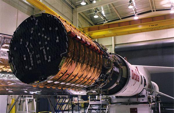 Satelity Orbcomm pierwszej generacji wynoszone były na orbitę za pomocą rakiety Pegasus firmy Orbital (na zdjęciu osiem satelitów Orbcomm) / Credits: wikipedia.com, Orbital Sciences