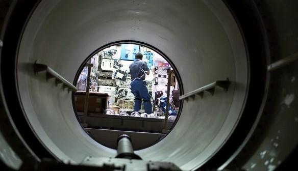 Astronauta Michael P. Anderson wewnątrz modułu SPACEHAB - zdjęcie z 19 stycznia 2003 roku / Credits - NASA