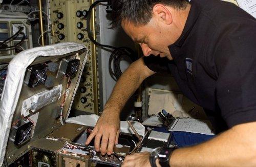 Ilan Ramon pracuje nad eksperymentem STARS. Zdjęcie z 24 stycznia 2003 roku. / Credits - NASA