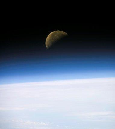Wschód Księżyca nad Ziemią. Zdjęcie z 26 stycznia 2003 roku / Credits - NASA