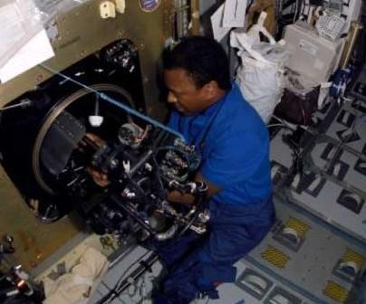 Michael Anderson pracujący przy Combustion Module-2. Zdjęcie z 20 stycznia 2003 / Credits - NASA