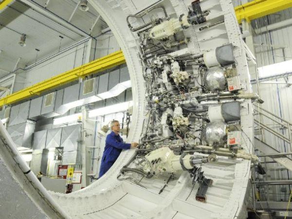 Urządzenia zamontowane po wewnętrznej stronie pięciosegmentowego SRB (rakiety wspomagającej dla SLS w pierwszych misjach) / Credits: ATK