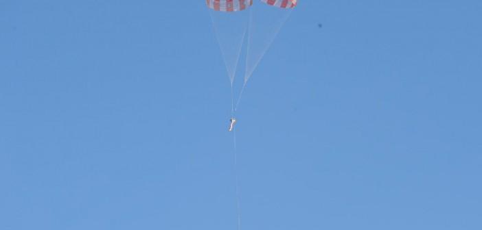 Opadanie testowego PDCTV na dwóch spadochronach, trzeci w swobodnym zwisie / Credits: NASA