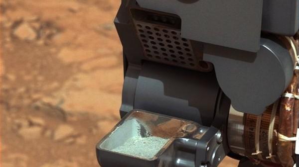 Próbka zebrana podczas pierwszego wiercenia skały przez MSL / Credits - NASA/JPL-Caltech/MSSS