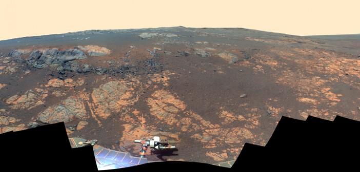 Panorama wzgórza Matijevica, wykonana w trakcie sol 3137, z okazji rocznicy pracy łazika. Barwy fałszywe / Credits: NASA