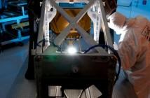 Moduł AOS teleskopu Jamesa Webba z widocznym w tle, pokrytym złotem lustrem trzeciorzędnym / Credits: Ball Aerospace