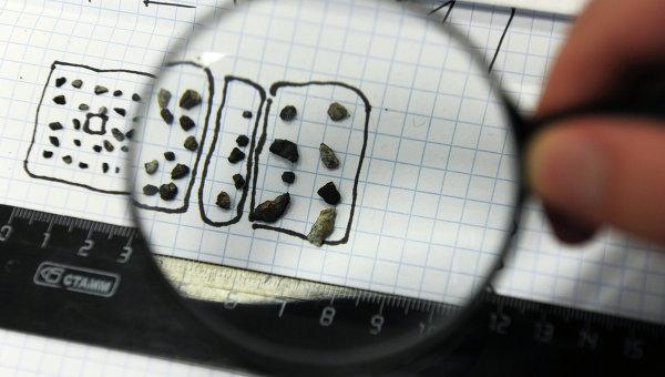 Drobne odłamki meteorytu na początku analizy laboratoryjnej / Credits - RIA Novosti, Pawel Lisicin