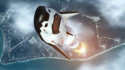 Wizja artystyczna statku Dream Chaser wynoszonego na orbitę za pomocą rakiety Atlas 5 / Credits: SNC