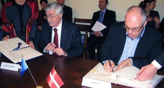 Podpisanie umowy ECS pomiędzy Łotwą a ESA / Credits - ESA
