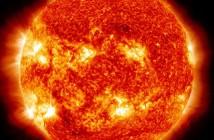 Słońce podczas średniej wielkości rozbłysku obserwowane przez sondę SDO / Credits - NASA