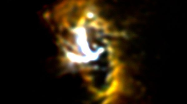 Na zdjęciu widoczny jest pierścień gazu i pyłu CNR, który stanowi wewnętrzną krawędź dysku otaczającego supermasywną czarną dziurę Drogi Mlecznej / Źródło: NASA/SOFIA/FORCAST team/Lau et al.