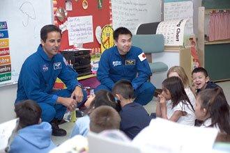 Dwóch astronautów odwiedza szkołę podstawową - przykład (dawnej?) działalności edukacyjnej NASA / Credits - NASA