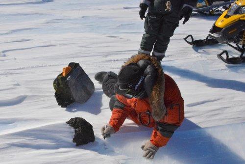 Prace przy 18 kg meteorycie / Credits - International Polar Foundation