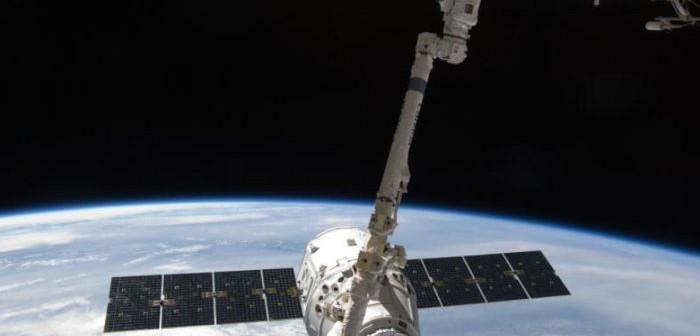 Statek Dragon przechwycony przez ramię stacji ISS / Credits: NASA, SpaceX
