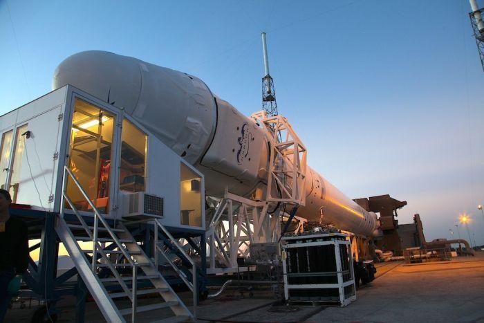 Załadunek ostatnich towarów odbywa się dzięki specjalnemu pomieszczeniu przyłączanemu do kapsuły / Credits: SpaceX