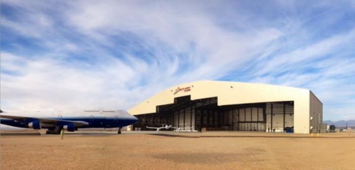 Nowy hangar firmy Stratolaunch Systems wraz z zakupionym w zeszłym roku samolotem Boeing 747, który posłuży jako dawca komponentów / Credits: Stratolaunch Systems