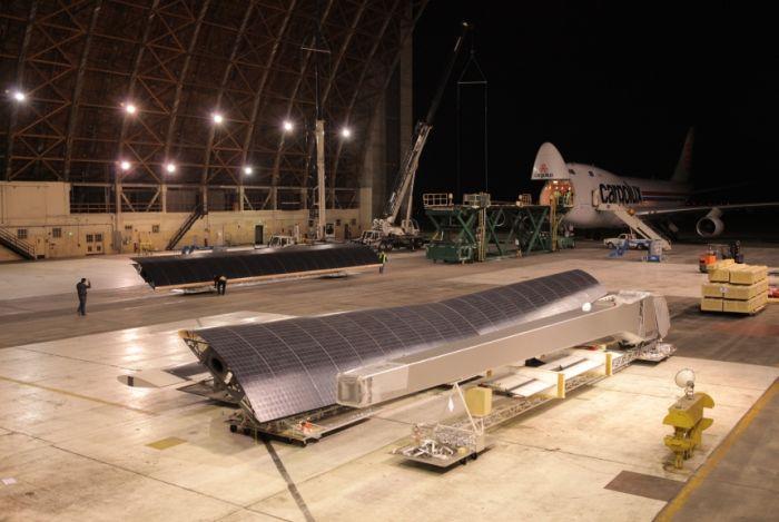 Rozładunek samolotu Solar Impulse na lotnisku Moffett pod San Francisco po przetransportowaniu z Europy / Credits: Solar Impulse