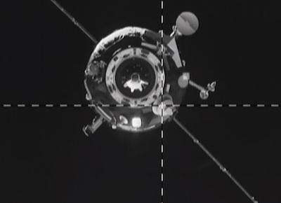 Ujęcie z perspektywy modułu Zwiezda na zbliżający się statek Progress M-19M. Nierozłożona antena widoczna jest na skrzyżowaniu dwóch linii / Credits: NASA TV