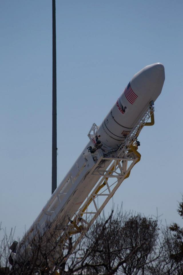 Rakieta Antares w czasie podnoszenia do pionu / Credits: NASA
