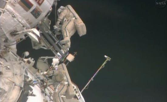 Kosmonauci podczas spaceru EVA-32 / Credits: Chris Bergin, nasaspaceflight.com, NASA TV