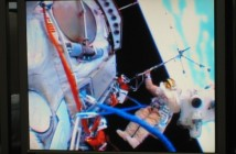 Moment rozkładania anteny analizatora częstotliwości radiowych RFA na zewnątrz Międzynarodowej Stacji Kosmicznej 19 kwietnia 2013 roku. Przyrząd skonstruowano w Centrum Badań Kosmicznych Polskiej Akademii Nauk w Warszawie. (Źródło: CBK PAN)