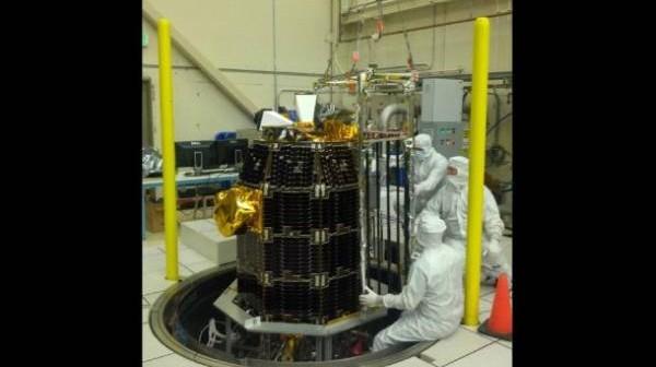 Technicy przygotowujący sondę LADEE do testów środowiskowych / Credits: NASA/Ames
