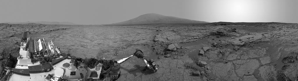 Łazik - jeszcze w Glenelg - dokonuje badań naukowych / Credits - NASA, JPL-Caltech