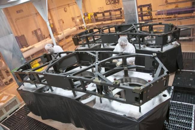 Prace nad skrzydłami struktury podpierającej zwierciadło główne teleskopu Jamesa Webba / Credits: Northrop Grumman, ATK