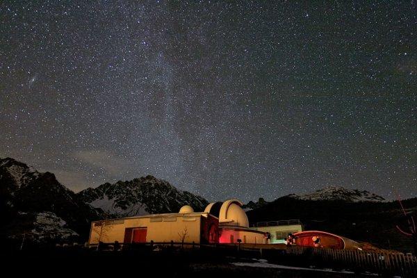 Piękne nocne niebo nad Obserwatorium Astronomicznym Aosta Valley w Saint-Barthelemy w gminie Nus we Włoszech. Tutaj w dniach 26-31 grudnia 2013 r. odbędzie się pierwszy Obóz Astronomiczny ESO. Źródło: P. Calcidese–Fondazione C. Fillietroz, ONLUS/ESO