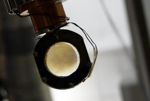 Zdjęcie przedstawia komorę eksperymentalną symulującą warunki na Tytanie. Brązowy nalot na szkiełkach to toliny. Credit: NASA/JPL-Caltech