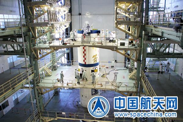 Rakieta nośna CZ-2F przygotowywana do lotu / Credits: spacechina.com