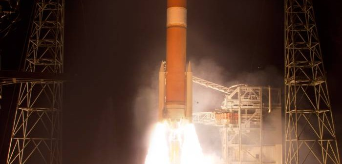 Moment startu rakiety Delta 4 z satelitą WGS 5 / Credits: Pat Corkery, United Launch Alliance