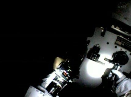 Widok ze skafandra Chrisa Cassidy'ego - 15:36 CEST / Credits - NASA TV