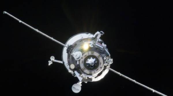 Zdjęcie podchodzącego do ISS statku Progress 51P. Nierozłożona antena widoczna jest na godzinie 11, blisko węzła cumowniczego statku / Credits: NASA