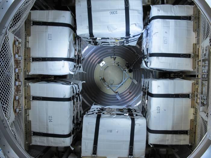 Ładowanie toreb ładunkowych M-01 / Credits: ESA