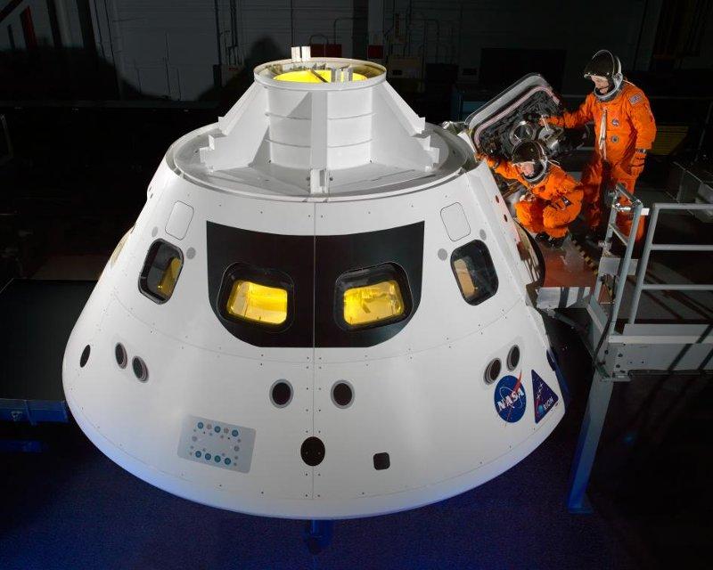 Testy przy makiecie kapsuły MPCV Orion / Credits - NASA/Bill Stafford