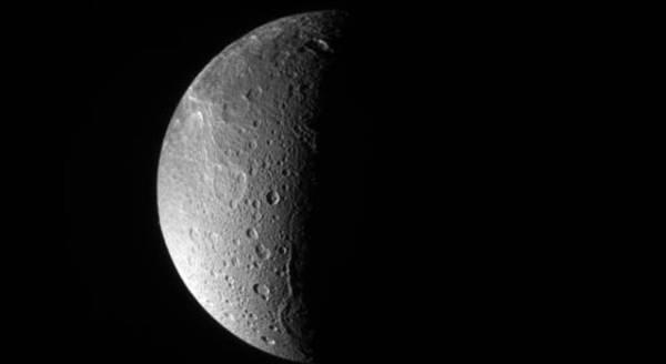 Niemal centralne ujęcie na biegun północy Dione. Na lewo od terminatora widoczny jest grzbiet Janiculum Dorsa / Credits: NASA/JPL/Space Science Institute