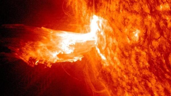 CME związane z rozbłyskiem z 21 czerwca 2013 z grupy 1777 / Credits - NASA, SDO