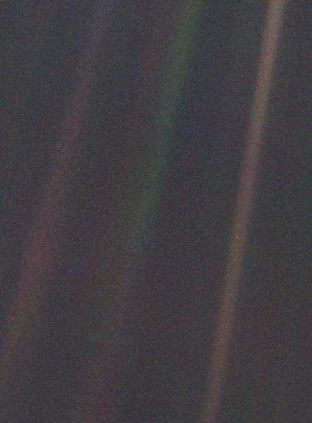 Słaba błękitna kropka - zdjęcie Ziemi z sondy Voyager 1 z 1990 roku / Credits - NASA