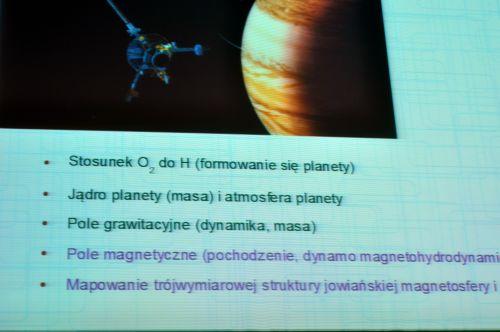 Slajd z prezentacji o zakłóceniach elektromagnetycznych w satelitach i sondach kosmicznych dotyczący celów naukowych misji Juno, gdzie orbiter zostanie poddany ekstremalnej radiacji. (Credit: Ardis)