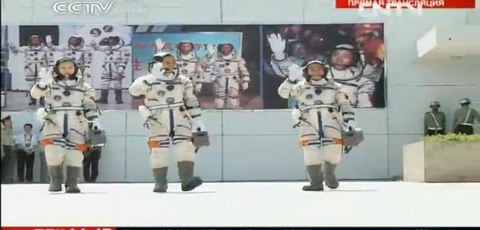 Pożegnanie taikonautów przed zaokrętowaniem / Credits: CCTV