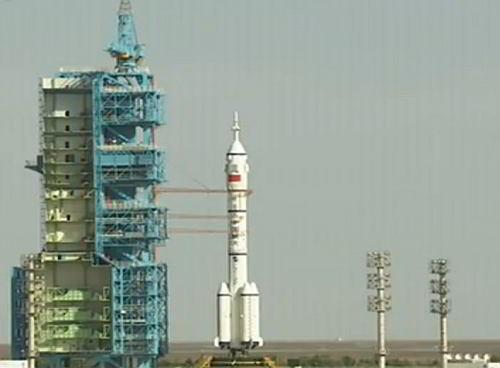 Rakieta LM-2F z pojazdem Shenzhou-10 oczekuje na wyrzutni startowej (CCTV)