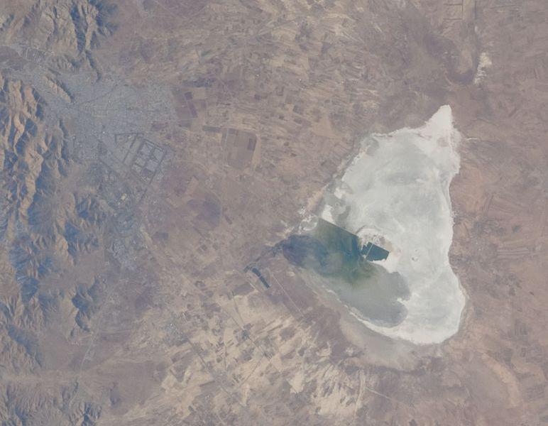 Zdjęcie satelitarne miasta Arak i jeziora Miqan / Credits: NASA