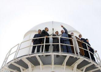 Otwarcie centrum - oficjele stojący prawdopodobnie przy kopule radaru / Credits: Theran Times