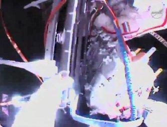Przenoszenie zbiornika ciśnieniowego. W tle panele słoneczne ISS / Credits - NASA TV