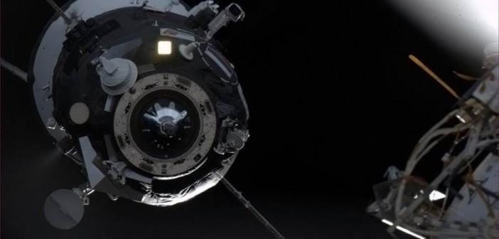 Zdjęcie podchodzącego do cumowania statku Progress 51P w dniu 26 kwietnia. Przy krawędzi węzła cumowniczego statku widoczna jest nierozłożona antena systemu KURS / Credits: NASA