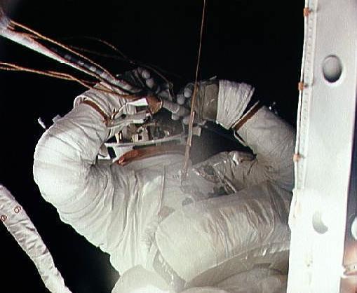 Spacer EVA misji SL-2 / Credits - NASA